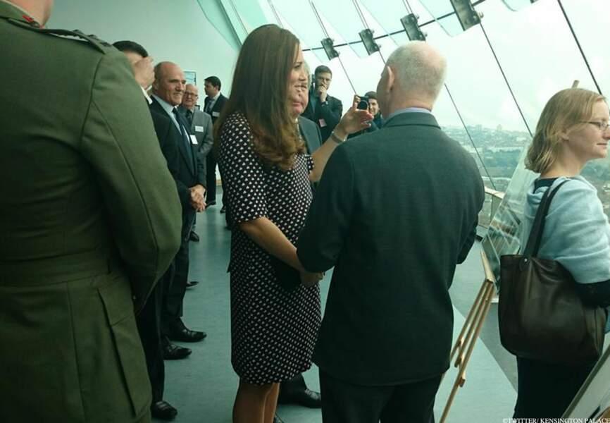En Alice Temperley, princesse Kate regarde - et porte sur elle - les petits bateaux