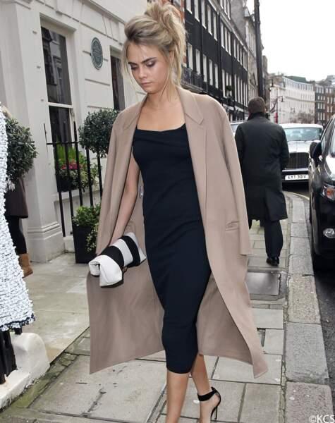 Cara Delevingne féminine, porte un manteau en cachemire beige à la forme peignoir