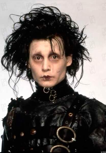 Johnny Depp a des ciseaux en guise de mains dans Edward aux mains d'argent