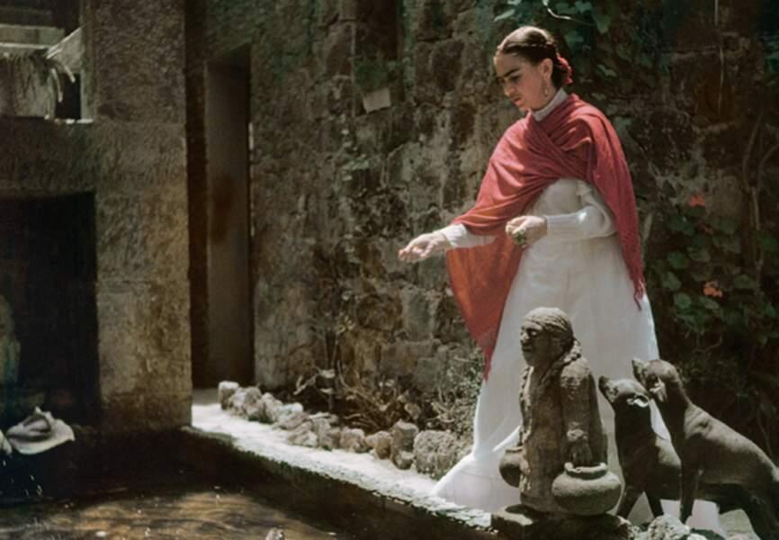 Chaque jour, Frida se pare de la tenue traditionnelle des femmes de Tehuana...