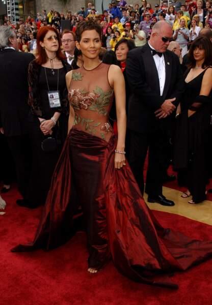Halle Berry aux Oscars en 2001 en Elie Saab