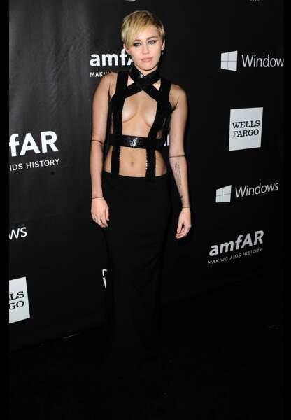 Miley Cyrus ose le bondage chic en Tom Ford