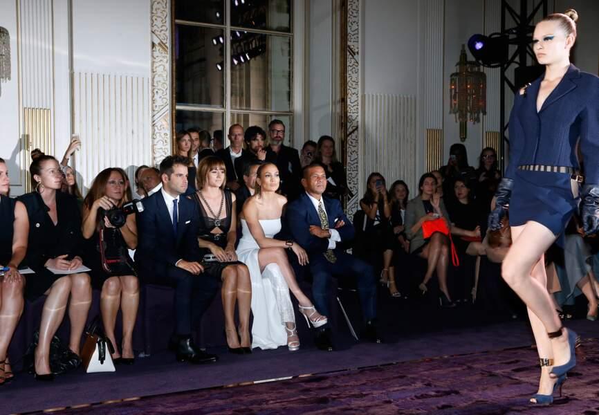 J-Lo très concentrée aux fronts rows Atelier Versace
