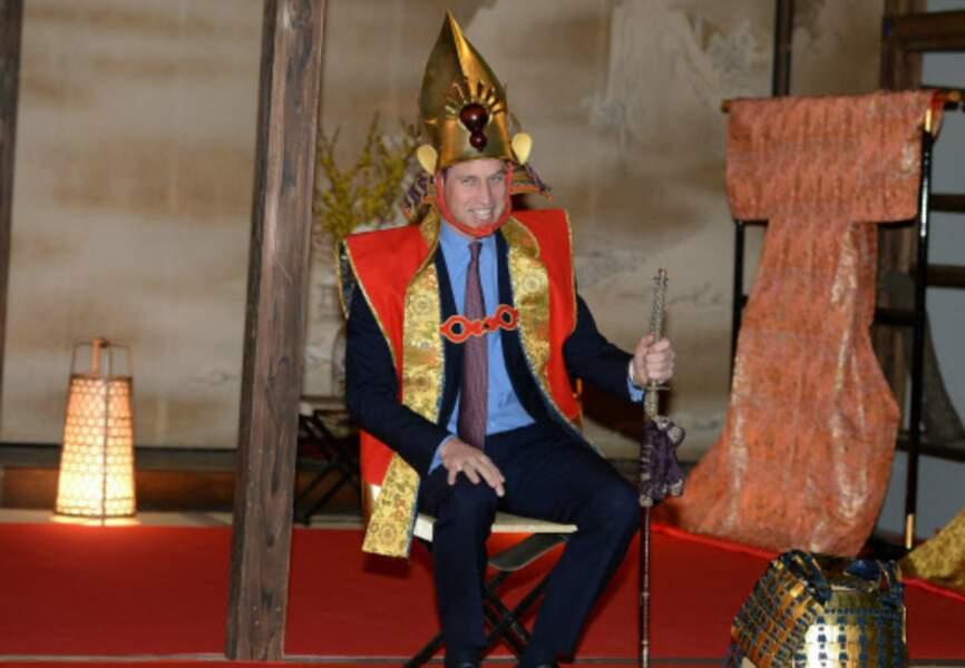 Il a demandé un sabre pour parfaire sa noble tenue guerrière du Japon d'autrefois avant les photos