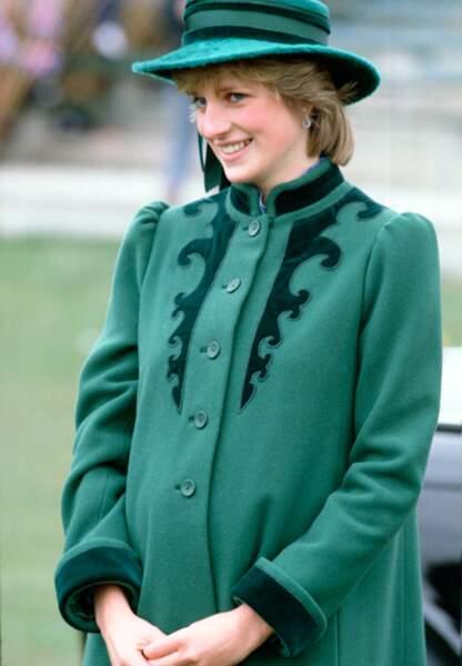 Manteau et petit chapeau vert bouteille
