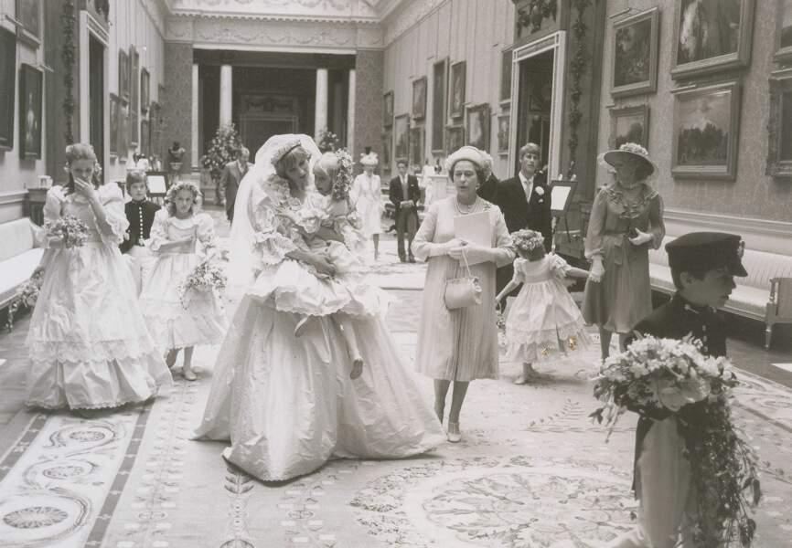 Diana se prépare à devenir Princesse de Galles sous le regard d'Elisabeth II