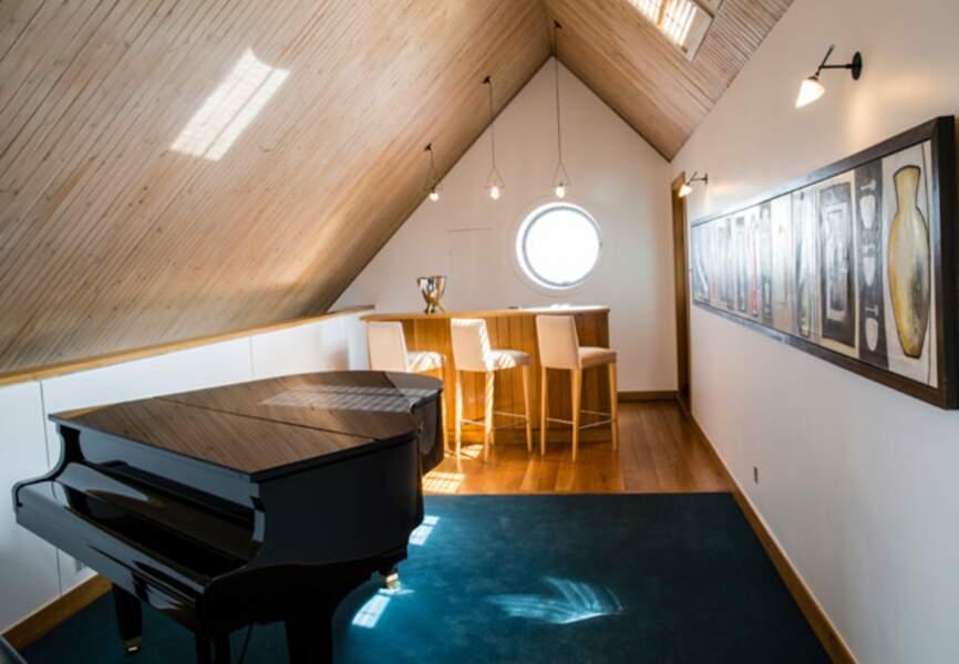 Dans le penhouse : le piano et les peintures de Guggi, ex musicien des Virgin Prunes, ami d'enfance de Bono
