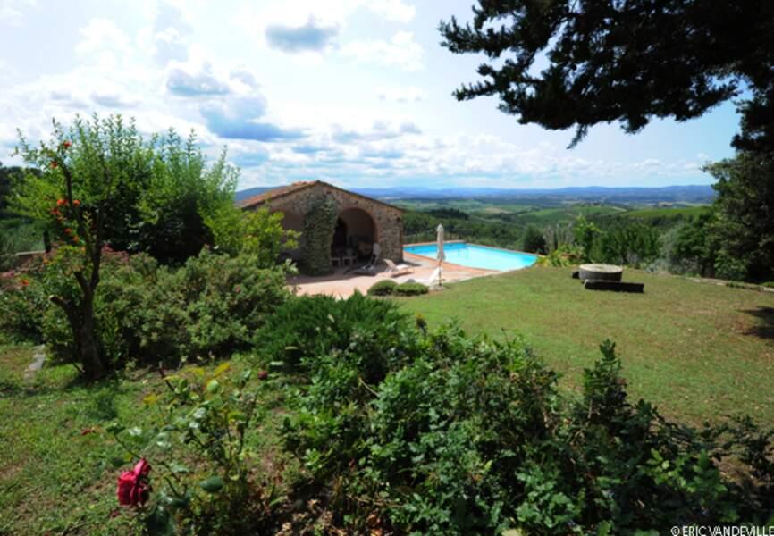 Vue de la piscine au coeur des vignes