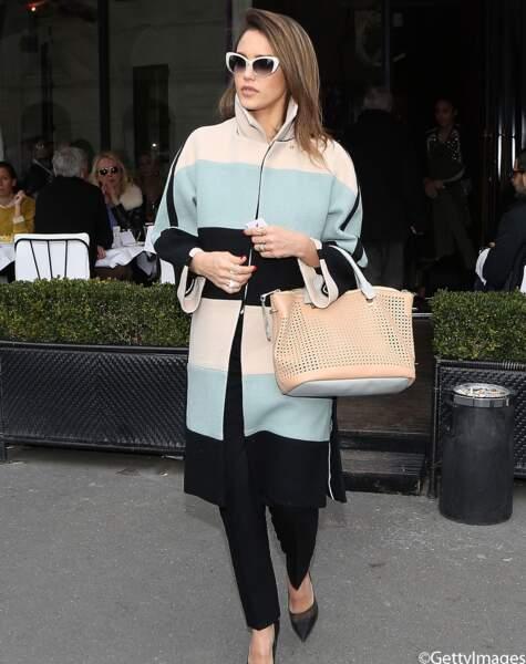 Jessica Alba opte pour un manteau long rayé rose pâle, bleu ciel et noir