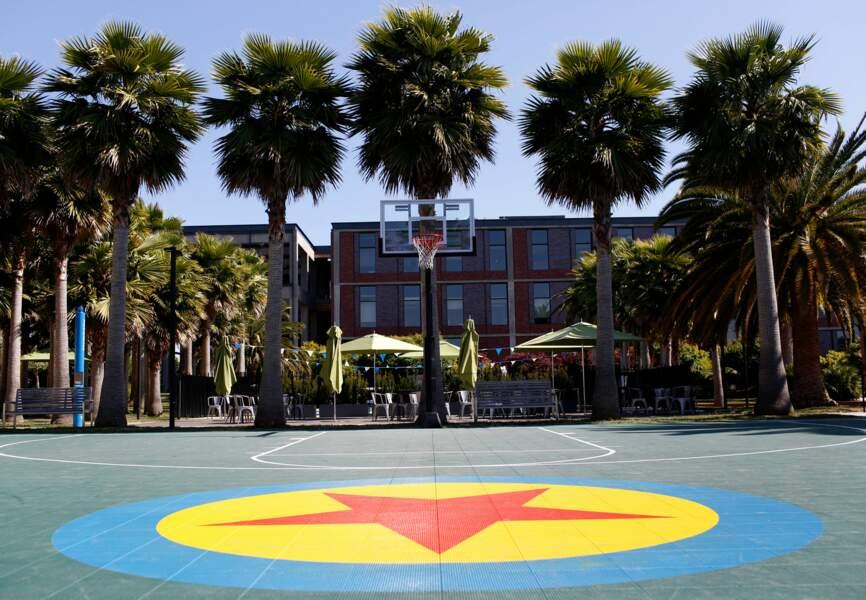 Les employés peuvent se défouler sur un terrain de basket