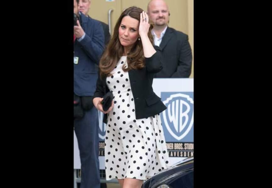 Kate Middleton radieuse dans sa robe à pois