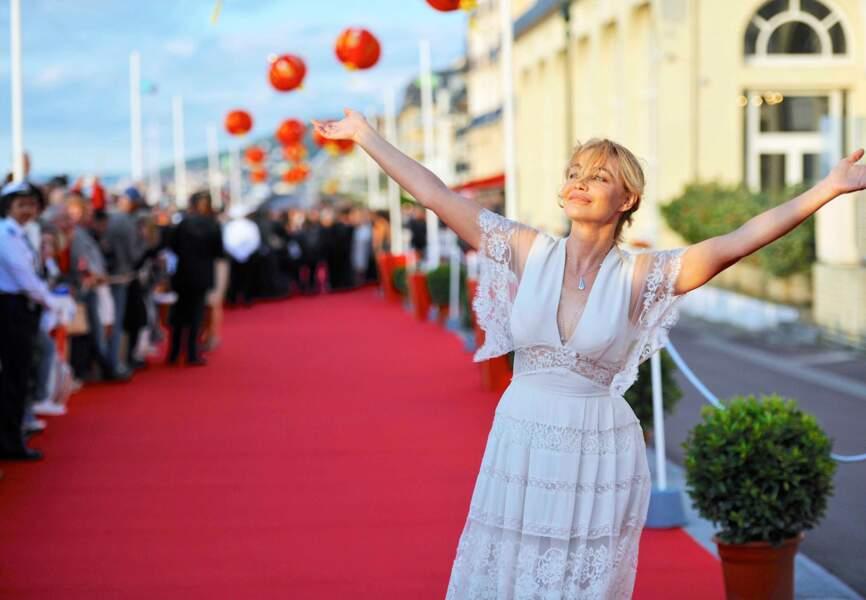 Emmanuelle Béart, so romantic dans sa robe de dentelle blanche