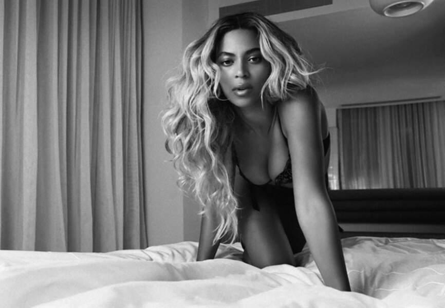 Sur son lit, Beyoncé avance, féline et lascive