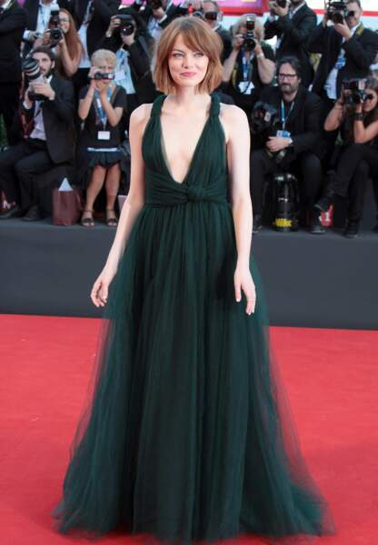 Emma Stone sublime dans sa silhouette kaki Valentino Couture