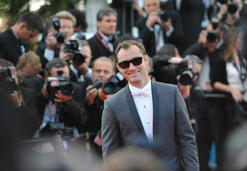 Noeud papillon blanc et lunettes de soleil pour Jude Law en 2011... Cannes réinvente chaque saison le glamour.