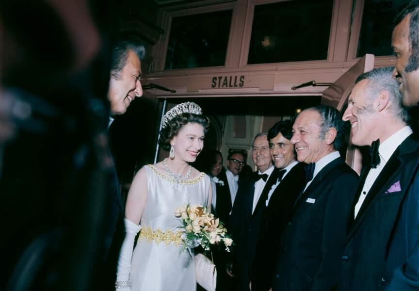 1971, il chante devant la reine d'Angleterre, puis la rencontre dans les coulisses du London Palladium