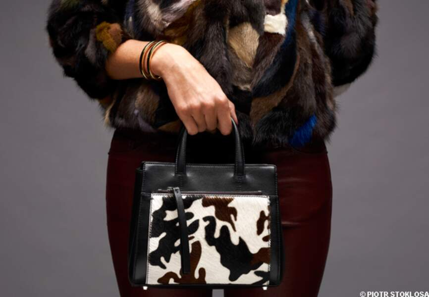Minisac en cuir et peau, Zapa, 290 €. Bracelet en PVD doré, Calvin Klein, 125 €
