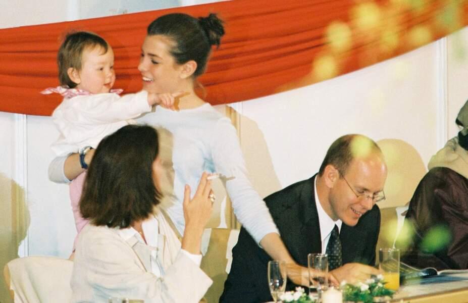 Tous la soutiennent lors du Jumping de Monaco en avril 2001… même sa petite sœur Alexandra
