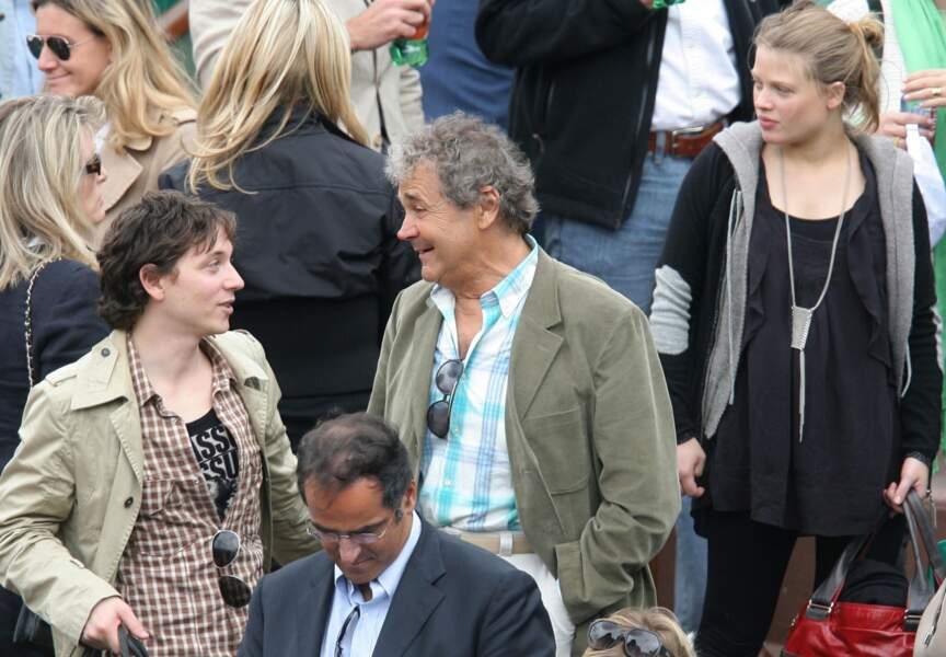 Brin de causette à Roland Garros avec le chanteur Raphaël. Mélanie Thierry se tient juste derrière.
