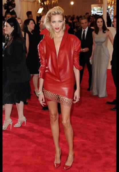Anja Rubik en robe perfecto très rock