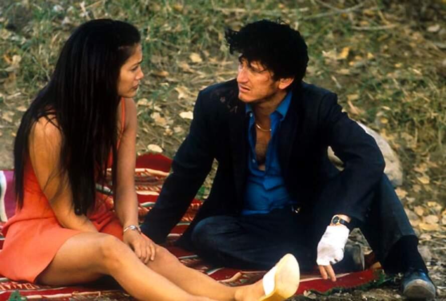 """Jennifer Lopez et Sean Penn se retrouvent à l'écran ensemble en 1998 dans """"U-Turn ici commence l'enfer"""""""