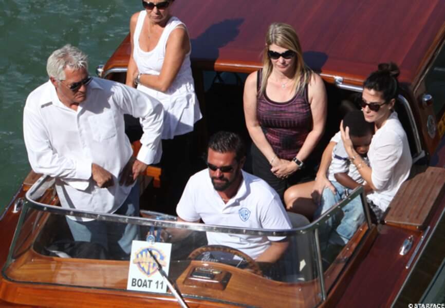 Sandra Bullock arrive à Venise avec son fils