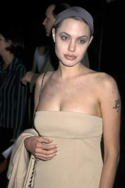 À ses débuts, Angelina Jolie affichait un look sombre et rebelle