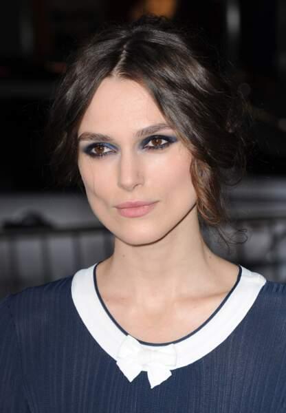 L'actrice mise tout sur un smoky eye bleu nuit envoûtant