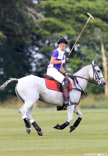 Le prince William joue au polo