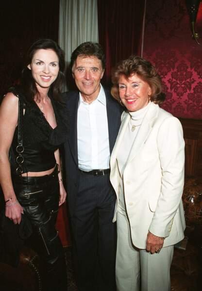 Sacha Distel, entre sa femme Francine (à droite) et Caroline Barclay, veuve d'Eddie Barclay. Le 7 mai 2003.