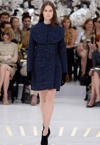 Féminin, rétro, bleu nuit moucheté, ce manteau s'accessoirise avec des gants et low boots noirs