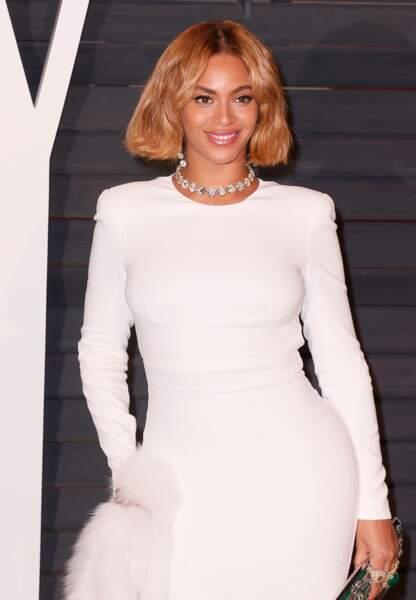 Sexy attitude en robe blanche
