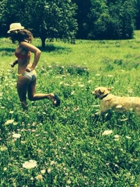 Laury Thilleman en promenade avec son chien