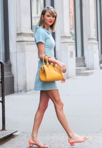 Robe preppy et sac à main jaune, combinaison parfaite pour Taylor