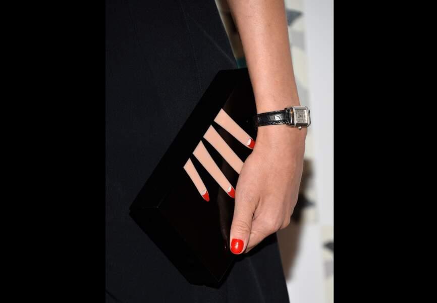 L'accessoire tendance: la pochette Charlotte Olympia franquée d'une main aux ongles laqués