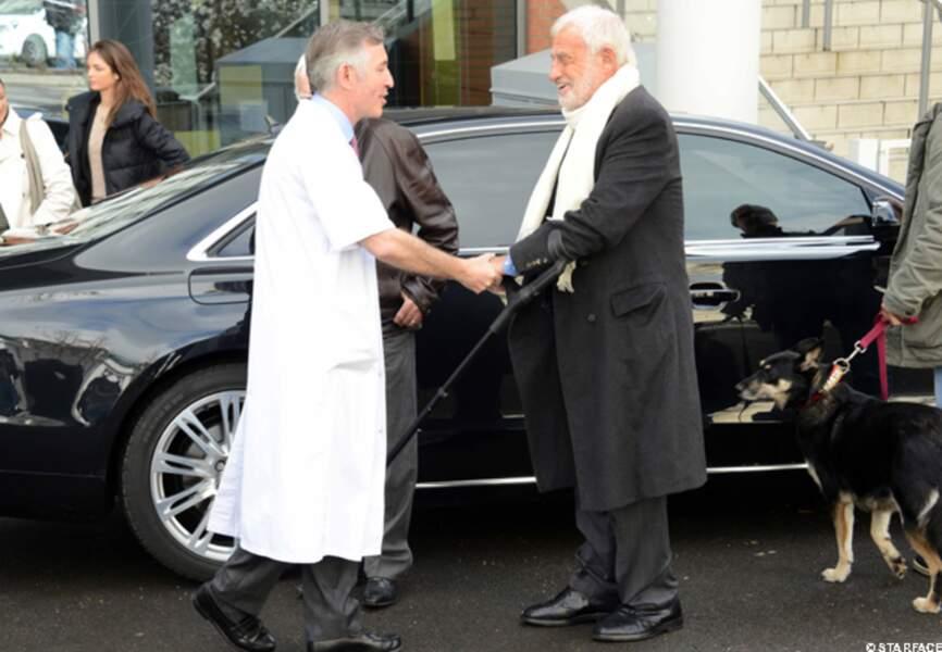 Jean-Paul Belmondo arrive à l'hopital Saint-Joseph