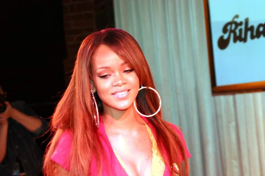 Le rouge, Rihanna le porte de milliers de façons, ici long et souple