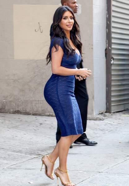"""À l'heure de se glisser dans notre maillot de bain, Kim Kardashian et sa silhouette en """"S"""" nous ôte tout état d'âme"""