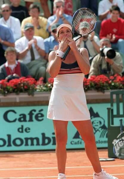 Jennifer Capriati (2001) sous le soleil de Roland en robe et casquette