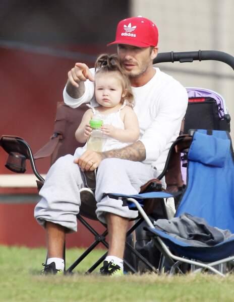 Le football c'est de famille, Harper regarde tranquillement ses frères blottie dans les bras de son papa