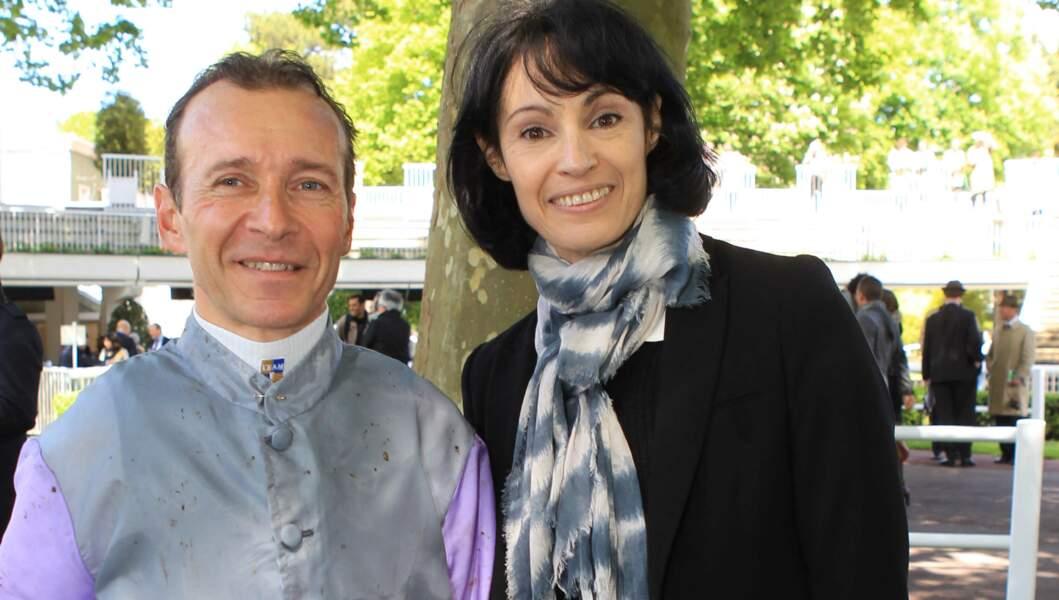 Marie-Claude pose avec le jockey Thierry Jarnet, gagnant du dernier Qatar Prix de l'Arc de Triomphe à Longchamp