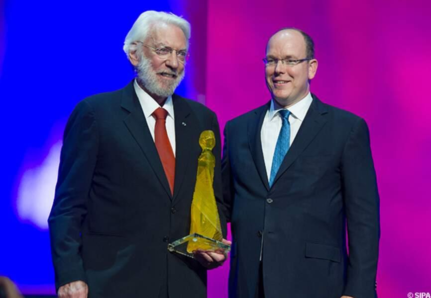 Donald Sutherland reçoit une nymphe de cristal des mains du prince Albert