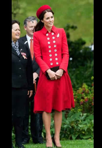 Son arrivée en Nouvelle-Zélande dans un ensemble rouge de la créatrice Catherine Walker