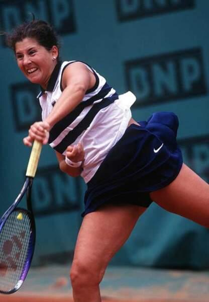 Monica Seles avec sa jupe marine et son top sans manche griffé (1997)