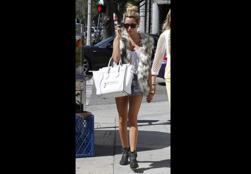 Ashley Tisdale, gilet en fausse fourrure et bottines sous le soleil