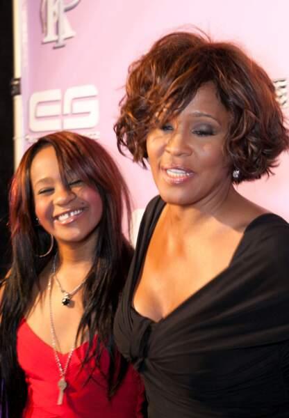 Bobbi souriante a côté de sa mère qui disparaîtra 2 jours plus tard le 11 février 2012