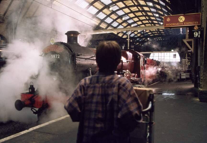 """Voici la toute première apparition du Poudlard Express à l'écran. (""""Harry Potter à l'école des sorciers"""" en 2001)"""