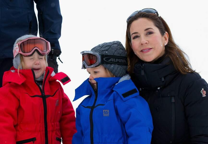 Les jumeaux Josephine et Vincent aux côtés de leur maman Mary