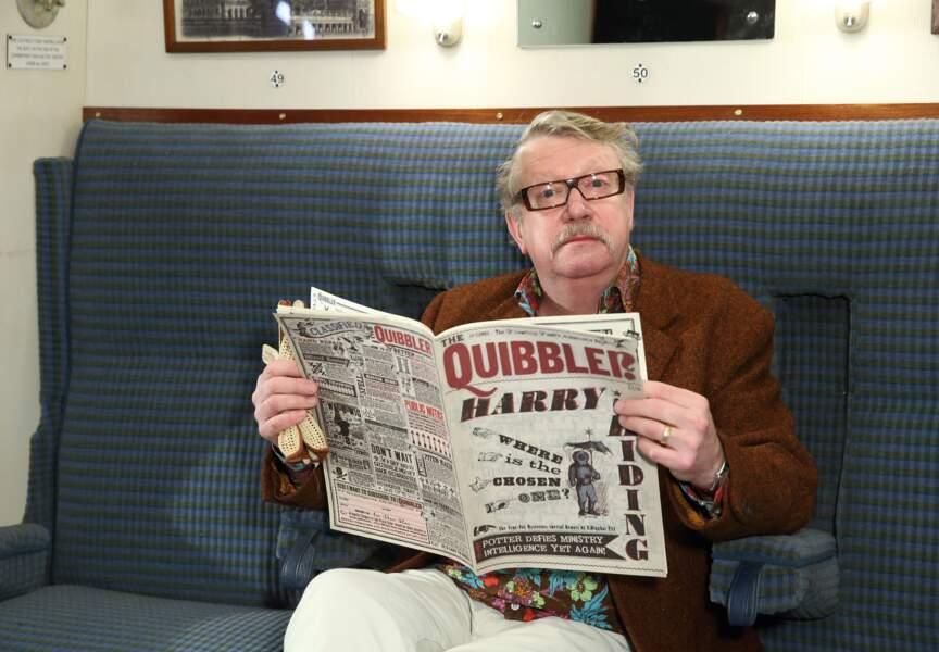 Puis, confortablement installé à bord, il lit ici le journal Chicaneur, édité par le père de Luna Lovegood
