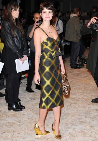 Pixie Geldof brunette en robe à carreaux pour House of Holland